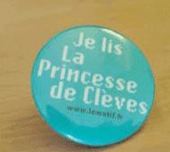 On voit un badge Princesse de Cleves Sarkozy qui dit qu'il faut lire ce livre.