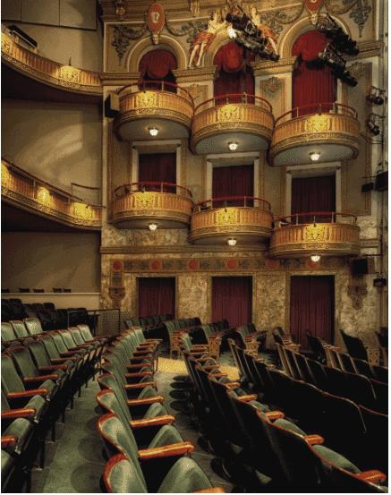 On voit la salle de théâtre où va être représenté l'acte 5 scène 7 de Phèdre.