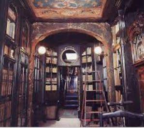 Victor Hugo livre une bibliothèque incroyable composées de nombreux chefs d'oeuvre.